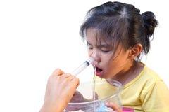 Muchacha asiática que usa la irrigación nasal imágenes de archivo libres de regalías
