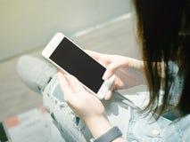 Muchacha asiática 25s del inconformista a 35s con mezclilla de la chaqueta azul durante HOL imágenes de archivo libres de regalías