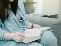Muchacha asiática 25s del inconformista del pelo negro a 35s con mezclilla de la chaqueta azul imágenes de archivo libres de regalías