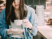 Muchacha asiática 25s del inconformista del pelo negro a 35s con mezclilla de la chaqueta azul fotografía de archivo libre de regalías