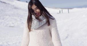 Muchacha asiática sonriente en el suéter de lana que se relaja metrajes