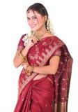 Muchacha asiática sonriente en la sari de seda Imagen de archivo libre de regalías