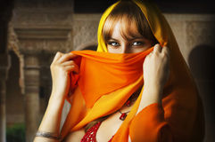 Muchacha asiática triguena hermosa con velo en cara Imagen de archivo libre de regalías