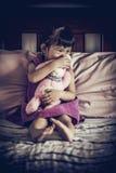 Muchacha asiática triste que se sienta en cama Estilo de la imagen de la ilustración A oscura Imagenes de archivo