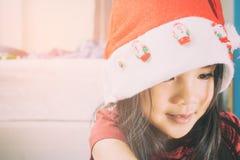 Muchacha asiática vestida en el traje de Santa Claus imagen de archivo