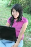 Muchacha asiática y computadora portátil al aire libre Fotografía de archivo