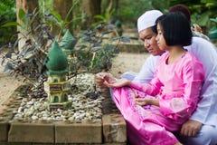 Muchacha asiática y su papá en cementerio Foto de archivo