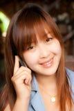 Muchacha asiática y teléfono móvil Fotos de archivo libres de regalías