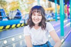 Muchacha asi?tica hermosa en un parque de atracciones, sonriendo fotos de archivo libres de regalías