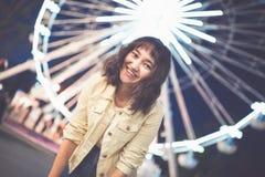 Muchacha asi?tica hermosa en un parque de atracciones, sonriendo fotografía de archivo libre de regalías