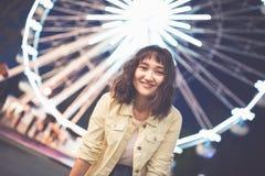 Muchacha asi?tica hermosa en un parque de atracciones, sonriendo imágenes de archivo libres de regalías