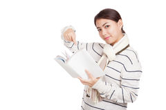 Muchacha asiática hermosa con el punto de la bufanda a un libro Imágenes de archivo libres de regalías
