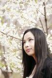 Muchacha asiática hermosa en resorte Imagen de archivo