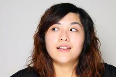 Muchacha asiática que está pensando y muy curioso Imágenes de archivo libres de regalías