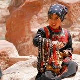Muchacha asiática que vende granos Foto de archivo libre de regalías