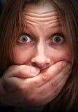 Muchacha asustada con la boca cerrada Foto de archivo libre de regalías