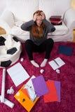 Muchacha asustada de estudiar para la escuela Imagen de archivo
