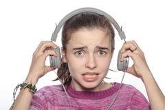 Muchacha asustada del adolescente con los auriculares Foto de archivo