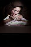 Muchacha asustada en su cama Foto de archivo libre de regalías