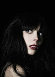 Muchacha asustada hermosa del goth entre la obscuridad Imagen de archivo