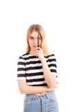 Muchacha asustadiza con el cuchillo aislado Imagen de archivo