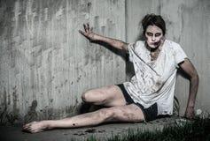 Muchacha asustadiza del zombi de los undead Imágenes de archivo libres de regalías