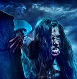 Muchacha asustadiza del zombi de los Undead en el cementerio de Halloween foto de archivo libre de regalías
