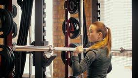 Muchacha atlética atractiva que hace deportes en el club de fitness almacen de video
