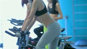 Muchacha atlética con el cuerpo atractivo almacen de video