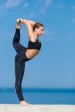 Muchacha atlética que hace ejercicios en orilla del mar imágenes de archivo libres de regalías