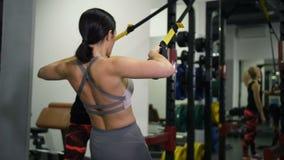 Muchacha atlética que hace tirón-UPS bajo la orientación de un instructor femenino 4K MES lento almacen de video
