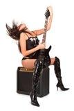 Muchacha atractiva atractiva joven con la guitarra de la roca Imagen de archivo