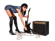 Muchacha atractiva atractiva joven con la guitarra de la roca Foto de archivo libre de regalías