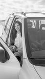 Muchacha atractiva blanco y negro en el coche Foto de archivo libre de regalías