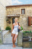 Muchacha atractiva cerca de la casa italiana pintoresca fotografía de archivo
