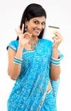 muchacha atractiva con de la tarjeta de crédito Imagen de archivo libre de regalías