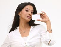 Muchacha atractiva con de la tarjeta de crédito Foto de archivo libre de regalías