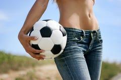 Muchacha atractiva con el balón de fútbol Imagenes de archivo