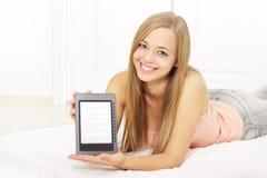 Muchacha atractiva con el e-libro Imagenes de archivo