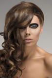 Muchacha atractiva con el peinado creativo, Imagen de archivo
