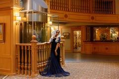 Muchacha atractiva con el pelo largo que presenta en hotel imagenes de archivo