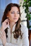 Muchacha atractiva con el pelo recto largo hermoso aislado en blanco Imagenes de archivo