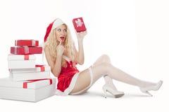Muchacha atractiva con el pelo rizado rubio vestido como Santa Foto de archivo libre de regalías