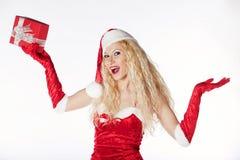Muchacha atractiva con el pelo rizado rubio vestido como Santa Foto de archivo