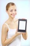 Muchacha atractiva con el programa de lectura del e-libro Fotografía de archivo libre de regalías