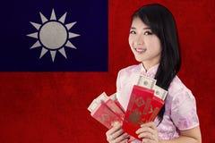 Muchacha atractiva con el sobre y la bandera de Taiwán Imagenes de archivo