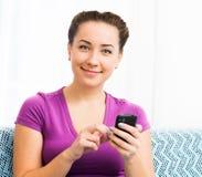 Muchacha atractiva con el teléfono móvil Fotos de archivo libres de regalías