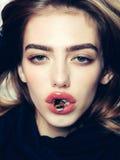 Muchacha atractiva con la abeja en los labios rojos Imagenes de archivo
