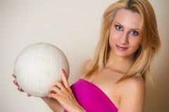 Muchacha atractiva con la bola del voleo Fotos de archivo libres de regalías