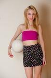 Muchacha atractiva con la bola del voleo Foto de archivo libre de regalías